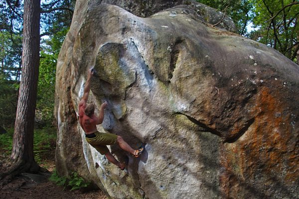 Steffen bouldert Duroxmanie 7a+ in Fontainebleau