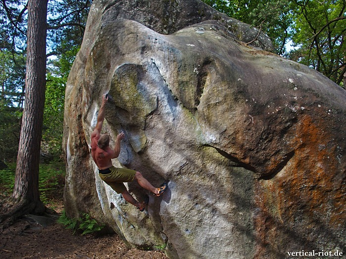 Person bouldert in Fontainebleau outdoor am Fels
