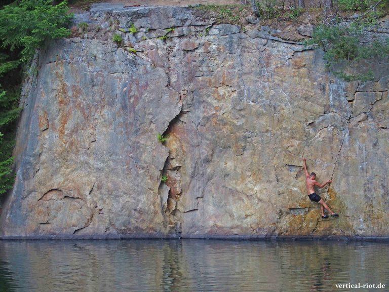 Klettern über tiefemWasser nennt man Deep Water Soloing