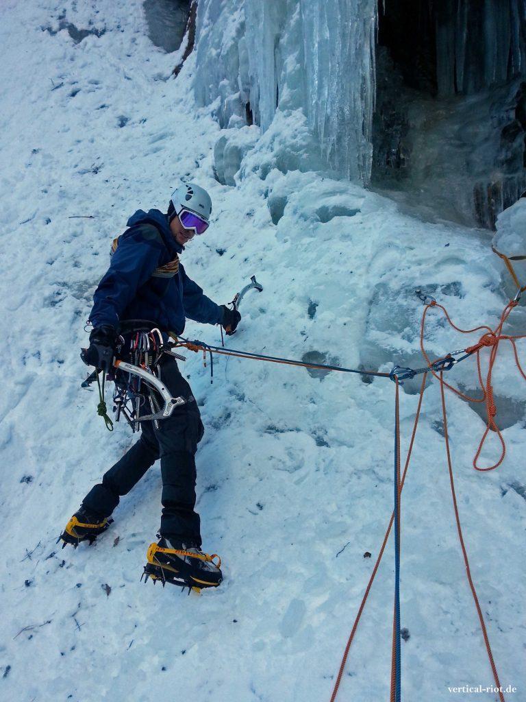 Das Klettern an gefrorenen Wasserfällen nennt man Eisklettern.