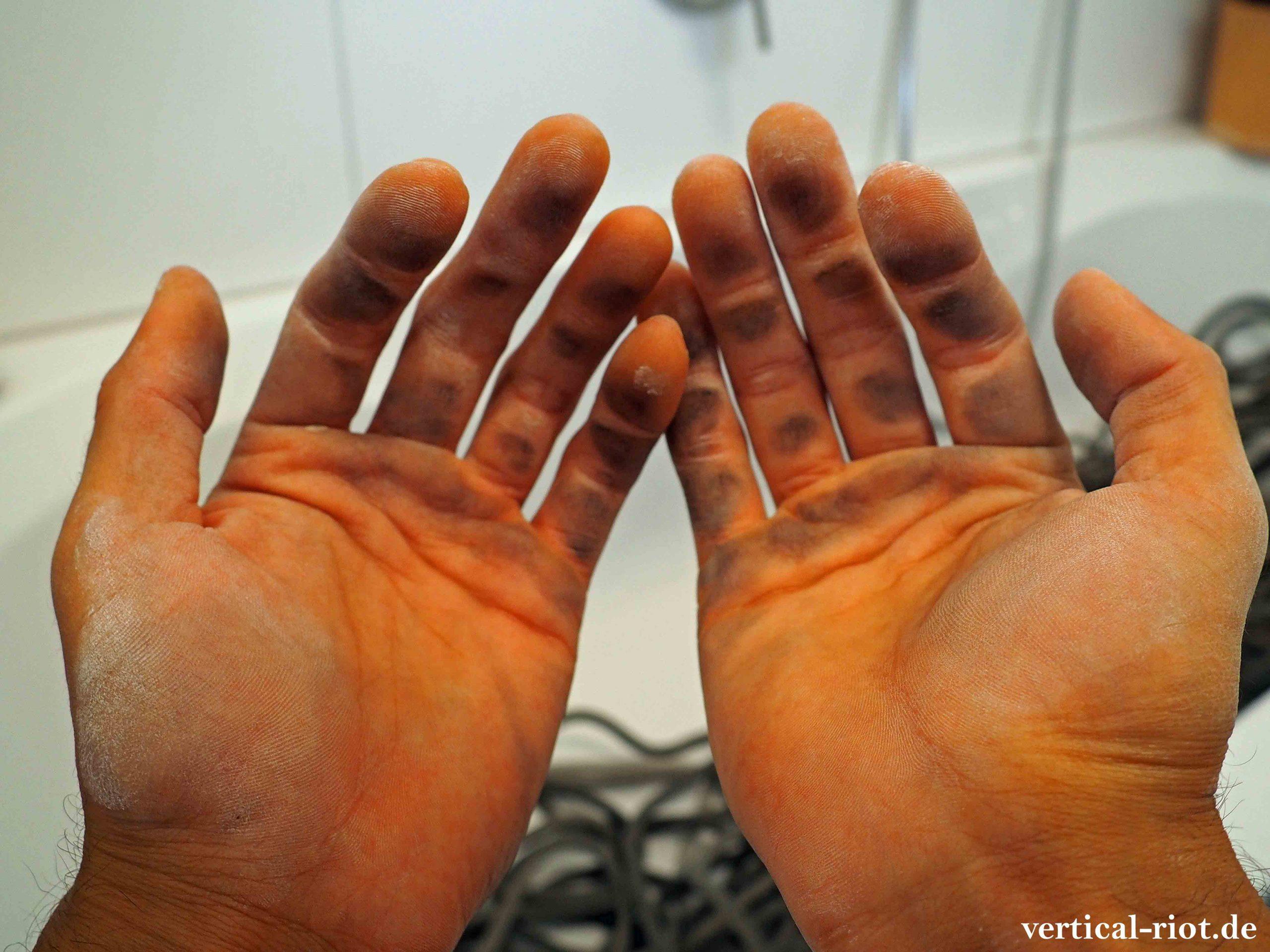 Dreckige Hände vom Kletterseil waschen.