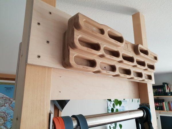 Hangboard an Rahmengestell mit Querbrett aufgehängt.
