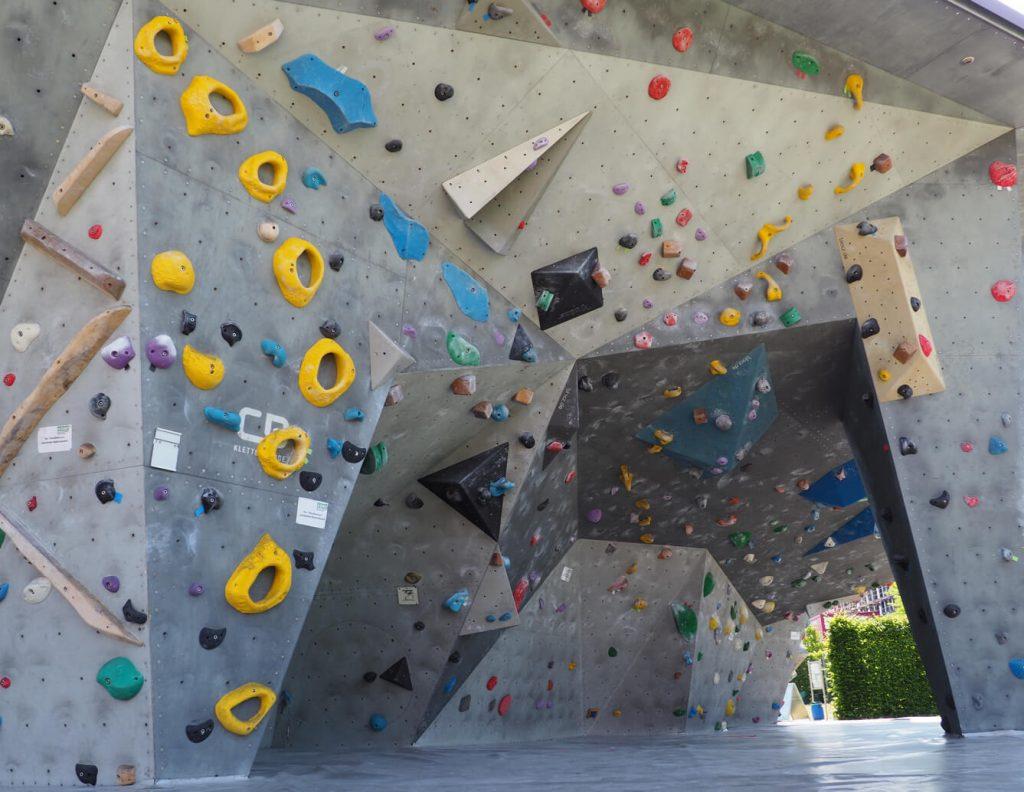 Bild einer künstlichen Boulderanlage mit vordefinierten Routen